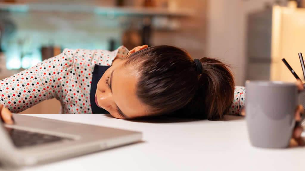 Une perturbation du sommeil peut provoquer des sueurs nocturnes, ce trouble peut provoquer un état de fatigue permanent durant la journée. La personne connaît alors des périodes de somnolences pendant la journée.
