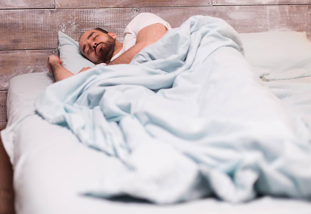 Andropause chez l'homme provoque des sueurs nocturnes, le changement d'hormones est souvent accompagné de fortes transpirations la nuit.